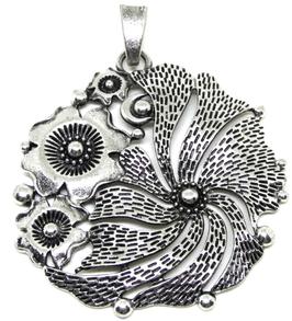 Grand pendentif fleur en métal argenté ± 78 x 62 mm - RZZ79