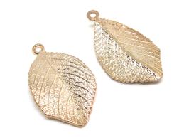 2 breloques feuille en métal doré -  32 x 18 mm