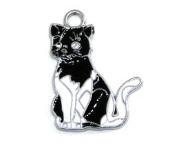 Breloque chat en email blanc et noir  28 x 21 mm