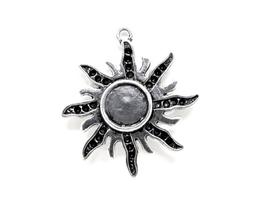 Un support cabochon soleil en métal argenté ± 37 x 34 mm