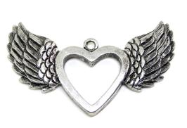 Pendentif ailes avec un coeur au centre en métal argenté - RZZ166