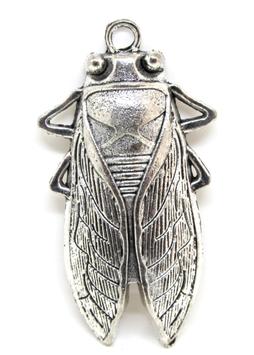 Grand pendentif cigale en métal argenté vieilli - 60 x 33 mm