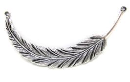 Grand pendentif connecteur plume en métal argenté - 95 x 17 mm