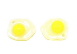 2 breloques oeuf aux plat en résine 21 x 16 mm