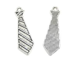 2 breloques cravate en métal argenté - 29 x 9 mm - RZZ123