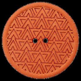 Ronde oranje 2 gaats knoop met driehoek motief van gerecycled materiaal.