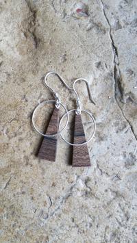 Boucle d'oreille JUST , triangle de bois précieux et anneau en argent