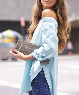 Blusa Azzurra con spalle scoperte