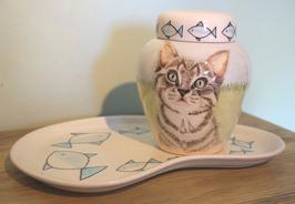 Urn Cyperse kat, compleet met altaarbord