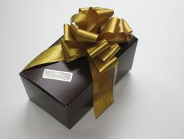 500g Belgische Pralinen in braunfarbigem Ballotin mit goldener Schleife