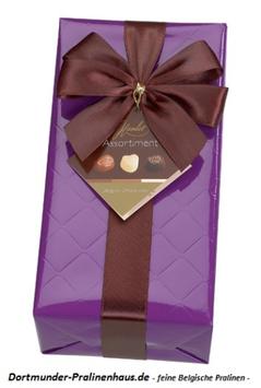 250g Belgische Pralinen im Geschenkkarton in edlem lilafarbigen Geschenkpapier mit Satin-Schleife