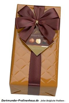 250g Belgische Pralinen im Geschenkkarton in edlem ockerfarbigen Geschenkpapier mit Satin-Schleife