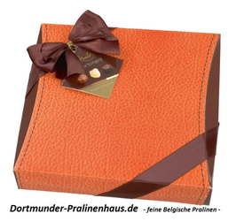 250g Belgische Pralinen im Geschenkkarton -orange- in Lederoptik mit Satin-Schleife