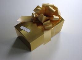 250g Belgische Pralinen in goldfarbigem Ballotin mit golder Schleife