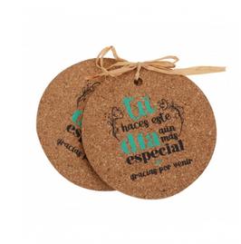 Posavasos de corcho con lazo de rafia y etiqueta adhesiva personalizada.