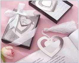 Elegante punto de libro con diseño de corazón presentado en cajita con lazo.