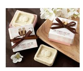 Jabón aromático de búhos en caja de regalo con lazo de satén marrón.