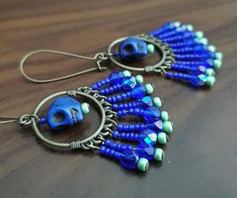 Boucles bronze pendantes bleues, tête de mort