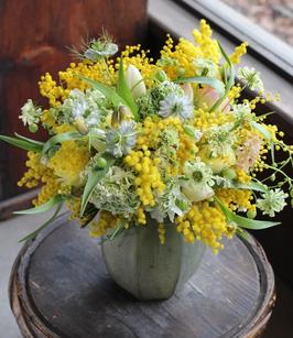 Vasetto con fiori di campo e mimosa