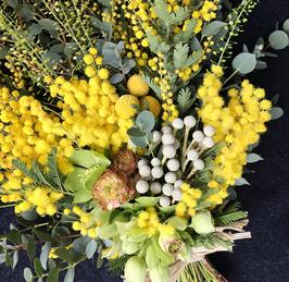 Mazzo di fiori orchidee, bacche e mimosa
