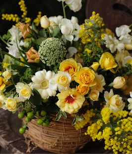 Cesto di fiori misti e mimosa