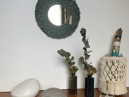 Miroir rond en macramé IMA bleu gris et lurex .