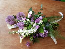 rouwboeket met paarse alliums
