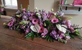rouwarrangement met roze/witte bloemen