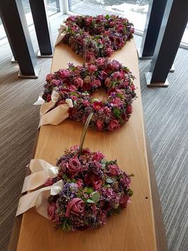 kistbedekking met drie open rouwharten