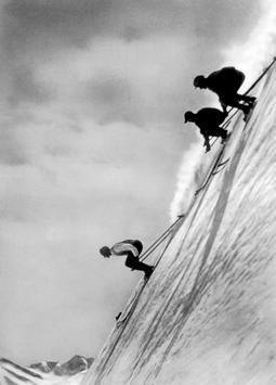 Skifahrer im Steilhang