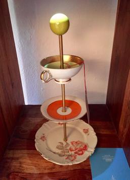 Zwei Teller und eine Tasse