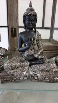 Buddha mit kleinen Spiegeln
