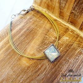 Armband mit milchigem Stein