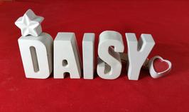 Beton, Steinguss Buchstaben 3D Deko Namen DAISY als Geschenk verpackt mit Stern und Herzklammer!