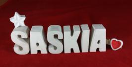 Beton, Steinguss Buchstaben 3D Deko Namen SASKIA als Geschenk verpackt mit Stern und Herzklammer!