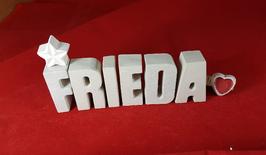 Beton, Steinguss Buchstaben 3D Deko Namen FRIEDA als Geschenk verpackt mit Stern und Herzklammer!
