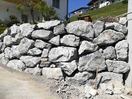 Böschungsaufbau mit Natursteinen