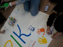 Die Schüler*innen gestalten eine Decke für den verstorbenen Mitschüler