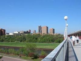 ミネソタ大学東西キャンパス内を結ぶ橋、遠景はミネアポリスのダウンタウン
