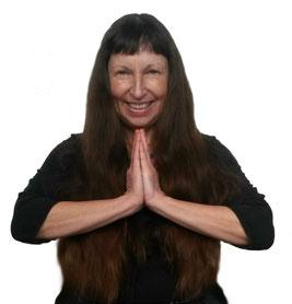 **Namaste-Haltung Monica-Elizabeth Sochor Chemi Lobsang Heilpraktikerin, Yogalehrerin, Meditationslehrerin, Reiki Meisterin u. Lehrerin, Klangmasseurin, Therapie in Trance, Karlsruhe, Hatha Yoga, Meditation, Lu Jong, Reiki, Klangmassage, Rückenyoga Bauch