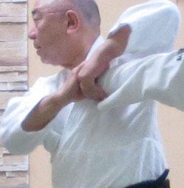 ③脇を開こうとする手は四方投げの持ち方へ・一方は陰の陰で手首を伸展で