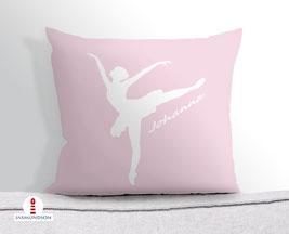 Kissen für Mädchen mit Ballerinas auf hellem Altrosa aus Baumwollstoff - andere Farben und Namen möglich