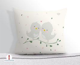 Kissen für Mädchen und Babys mit kleinen Vögeln in hellem Beige aus Baumwollstoff - andere Farben und Namen möglich