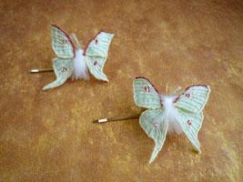 小さいオオミズアオの刺繍ヘアピンブローチ