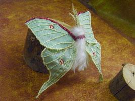 実物大オオミズアオの刺繍ブローチ
