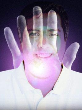 Experte für Geistheilung und Energiearbeit Jesus Lopez, mit Hand und Energie