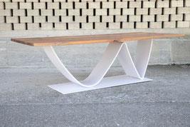 Esstisch mit einem Nussbaum-Tischblatt und einen Tischbain aus Stahl