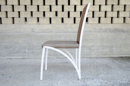 Stuhl vor einer gemauerten Wand