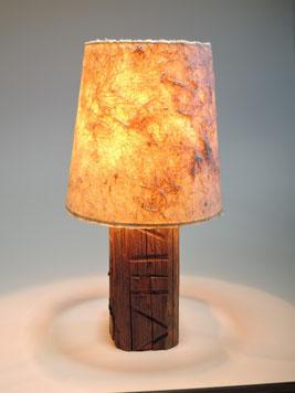 Tischlampe beleuchtet mit handgeschöpftem Papierschirm aus Mischfasern mit Antikholzfuß