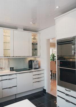 Bild Küche nachher ohne Holzdecke mit weißer glänzender CILING Spanndecke